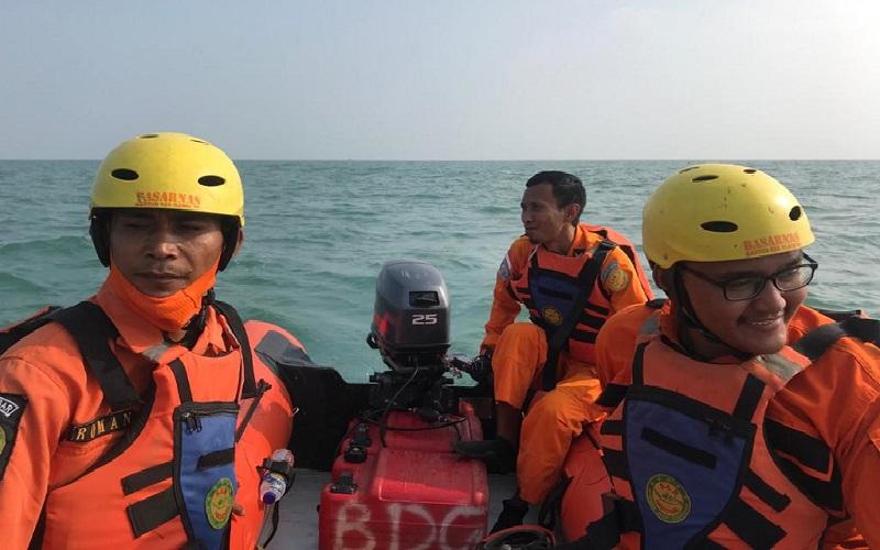 Tim SAR dari Basarnas Bandung menyisir perairan Subang untuk mencari satu ABK KM Barokah yang hilang. (Foto: Basarnas Bandung)